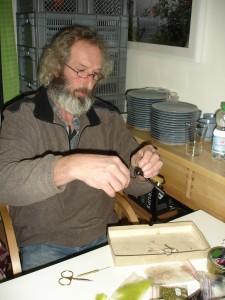 Jürgen in Aktion, binden einer Maifliegennyhmphe